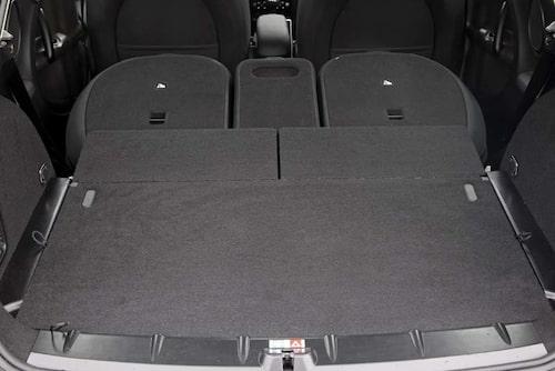 Fällbara bakre ryggstöd ger ett för klassen enormt lastutrymme, 1170 liter enligt VDA.
