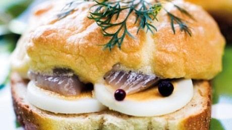 Sillmacka med ägg och majonnäs