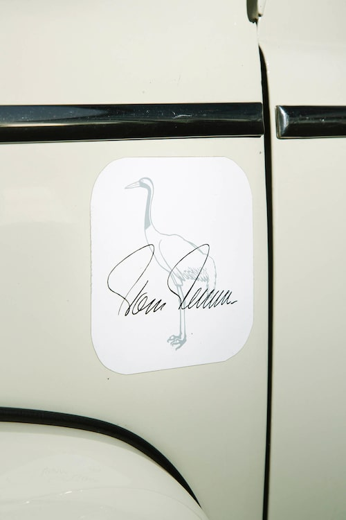 Tom Tranas snitsiga autograf på motorhuvens sidor berättar om kändisskapet hos replikan.