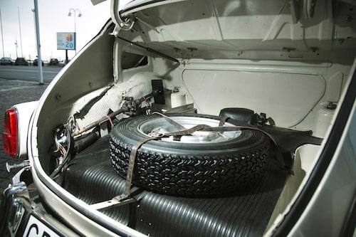Reservhjulet ordentligt surrat på bagagerumsgolvet i stället för stående i bakskärmen. Rejäl domkraft och reparationssats behövdes när det skulle mekas.