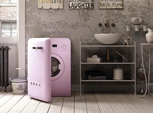 En rosa retromaskin blir en uppiggande pralin! Finns i flera färger och har heltäckande lucka – med smart fackför tvättmedel – som döljer trumman. 13500 kr, Smeg.