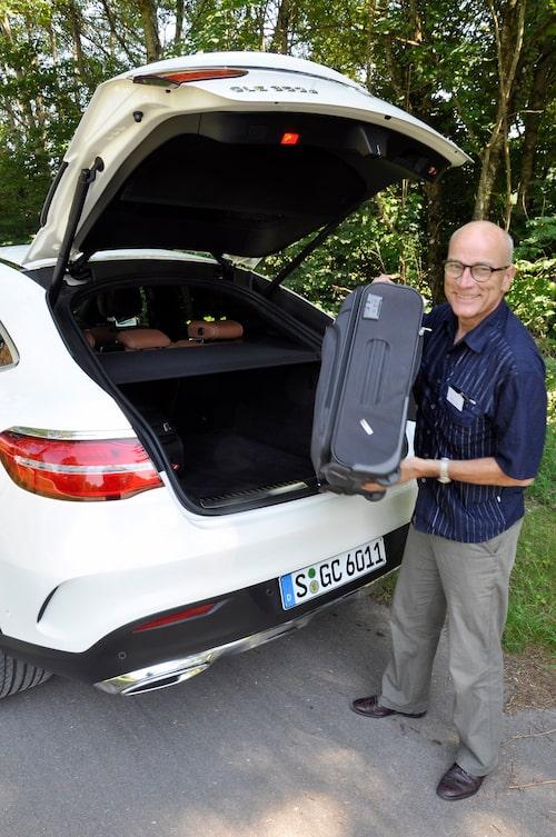 Mikael Stjerna får lyfta bagaget en meter vid i lastning. Bra träning, det behöver han!