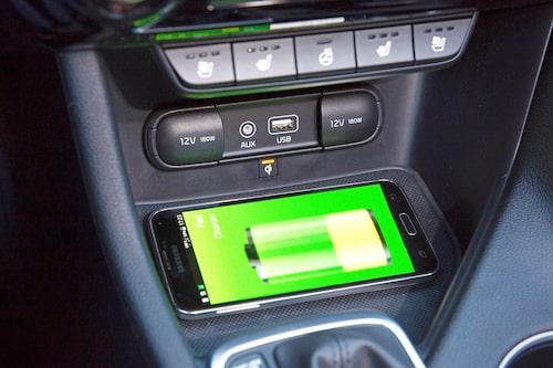 Sportage kan ladda mobiler trådlöst men har inte Apple Carplay eller Android Auto.