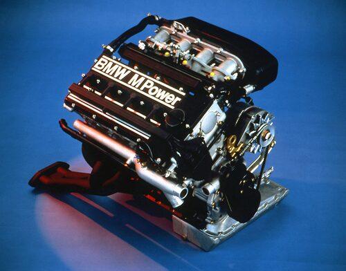 Fyrventilsteknik är det som gäller bland dagens prestandabilar. Att BMW valt en fyrcylindrig motor för sport beror pa att man eftersträvar varvvillighet.