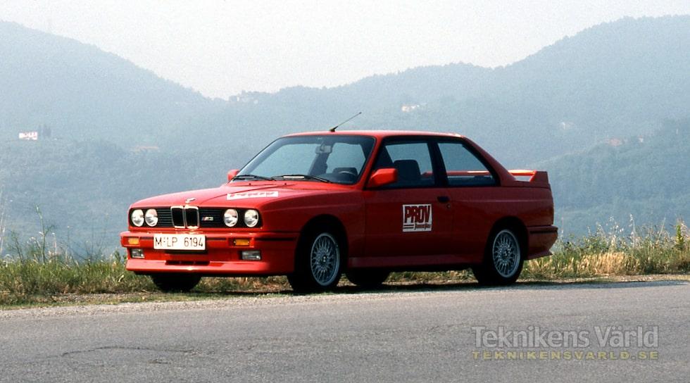 BMW M3 är en förädling av 3-serien. Under skalet av kjolar och vingar finns ett fintrimmat chassi och en kraftfull fyrventilsmotor med fyra cylindrar som ger 200 hästkrafter.