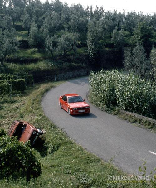 Härliga röda sportbilar i lika härlig kurva. Skoda kräver dock i högre grad sin förare medan vem som helst kan köra snabbt i en M3.