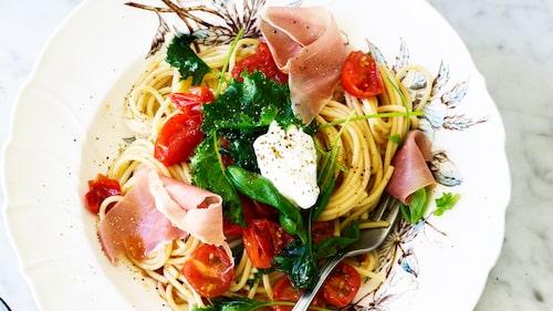 Servera pastan med getostkräm och serranoskinka.