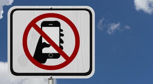 Tror du att en motsvarande skylt längs svenska vägar och gator skulle förbättra statistiken genom att få fler att bli påminda om att det är förbjudet att använda handhållen mobiltelefon i samband med bilkörning?