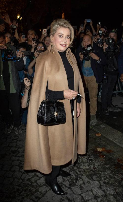 Catherine Deneuve är en av franskrikes populäraste skådespelerskor, som vi ofta ser stråla i sina snygga outfits.