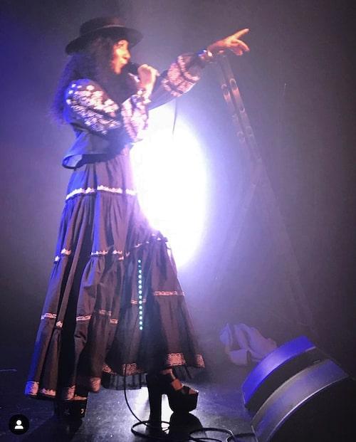 Titiyo Jah är pop- och soulsångerskan som gärna klär sig i bohemiska och avslappnade plagg.