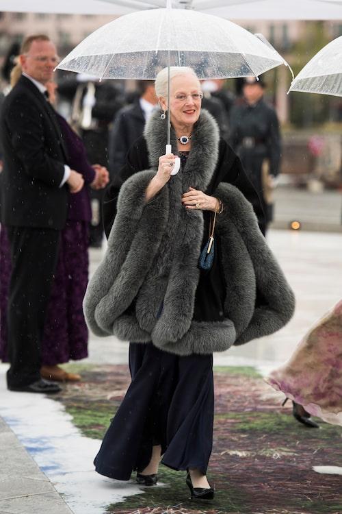 Drottning Margrethe av Danmark designar sina egna kläder.