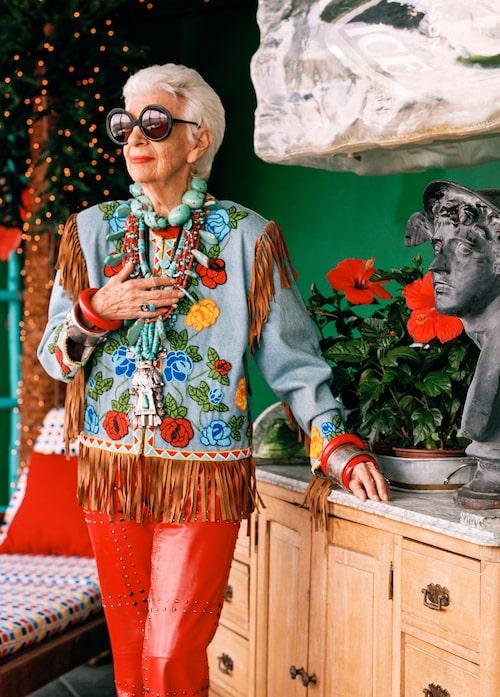 Iris Apfel är modeikonen som gjort sig känd för sin snygga stil och de stora runda glasögonen.