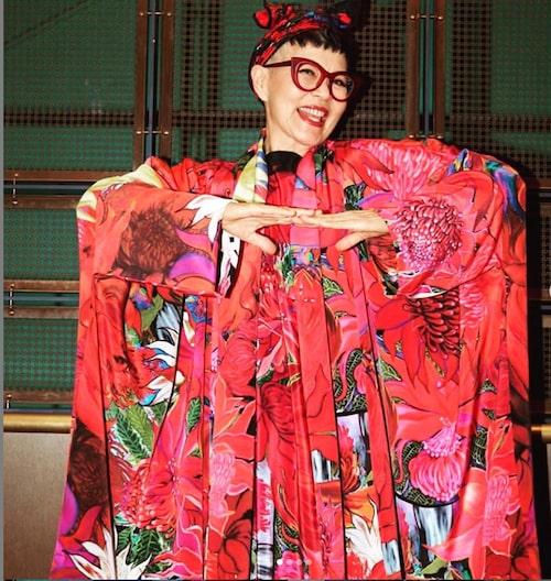 Jenny Kee är den färgstarka modedesignern som dagligen inspirerar oss med sina unika outfits.