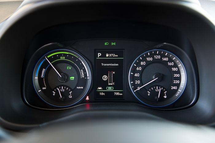Vanliga analoga mätare i denna testbil, men den kommer att levereras med digital TFT-skärm som Kia.
