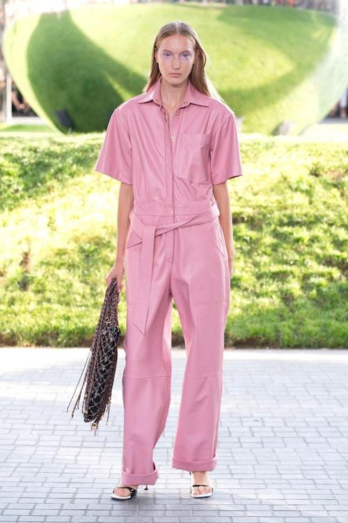 Styla jumpsuiten med klackar för en festligare look. På bilden: rosa jumpsuit från House of Holland SS20.
