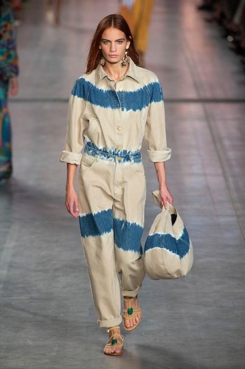Jumpsuit i batik från Alberta Ferretti SS20 stylad avslappnat med sandaler.