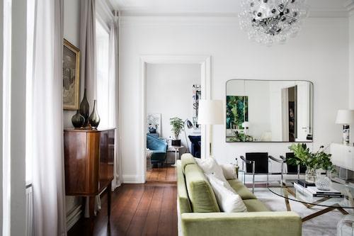Ja, Johanna gillar sammet. Den gröna soffan har hon prytt med kuddar i vitt med olika strukturer, det är allt från Ikea till dyrare sorter. Det mesta i vardagsrummet är vintage eller ärvt. Matta från Knut mattor, sideboard Vita från Voice.