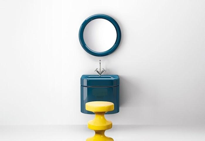 2. Spegel, handfat och kommod i färgen Wow blueberry, design av India Mahdavi för italienska Bisazza.