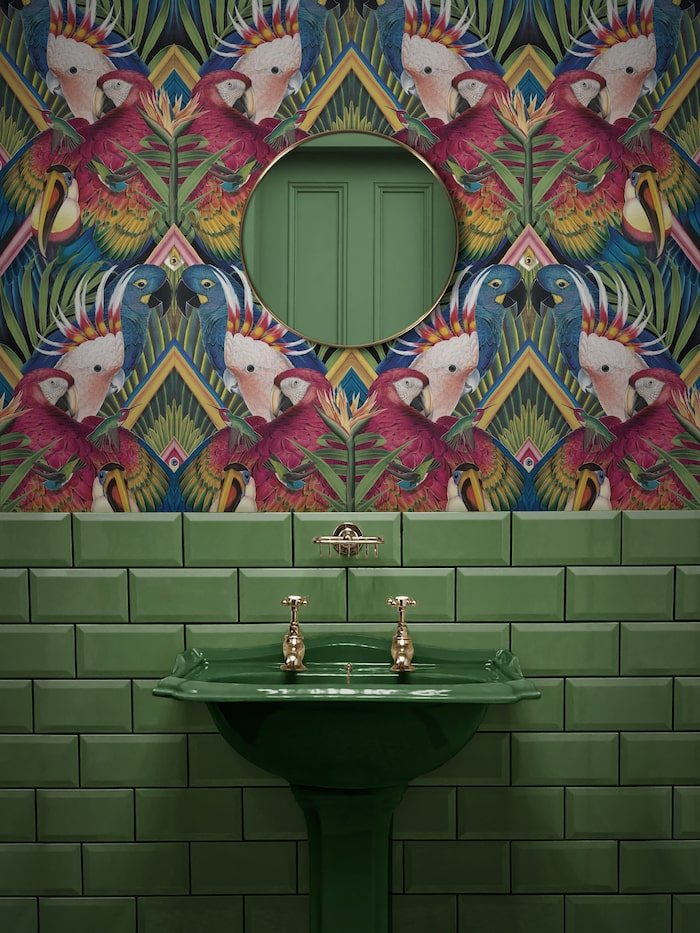 6. Tapet Divine plumages, ca 1 590 kr/rulle, Divine savages. Handfat från The bold bathroom company.