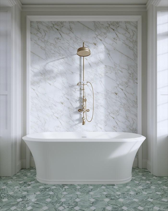 4. Mixa mönster och material! Grönmönstrad golvklinker och marmorvägg blir fin fond åt badkaret Kalos från Devon & Devon.
