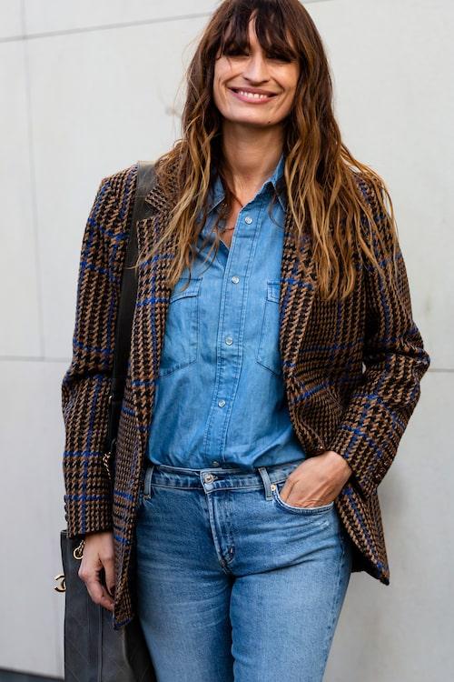 Franska stilikonen Caroline de Maigret vet hur man klär sig i jeansskjortan på bästa sätt.