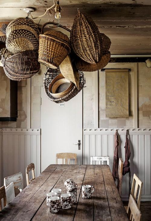 När man har samlat på korgar i några år blir det till slut en del… Soraya har helt sonika hängt upp dem i taket, en fiffig lösning som dessutom är vacker att se på. Barnens att-göra-lista hänger på väggen på en rulle.