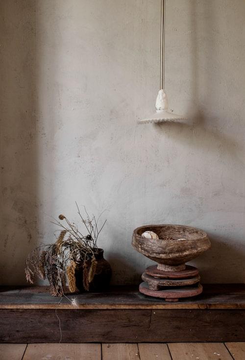 För att dölja sladdtrassel byggde Soraya en liten avsats längs väggen, den har sedan betsats och används nu som ett lågt sidobord. Skål i alabaster från Ballroom blitz.