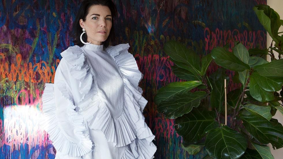 Vit vintageklänning av Yulia Kjellsson och örhänge från Maria Nilsdotter.