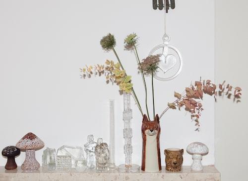 En samling vaser och små glasskulpturer