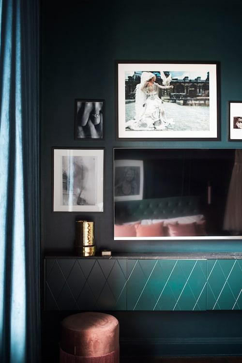 Inmålad. Hyllan på sovrumsväggen har luckor från Superfront, målade i samma färg som resten av rummet. Carraramarmorn ovanpå hyllan går igen i hela lägenheten. Rosa puff från Jotex.