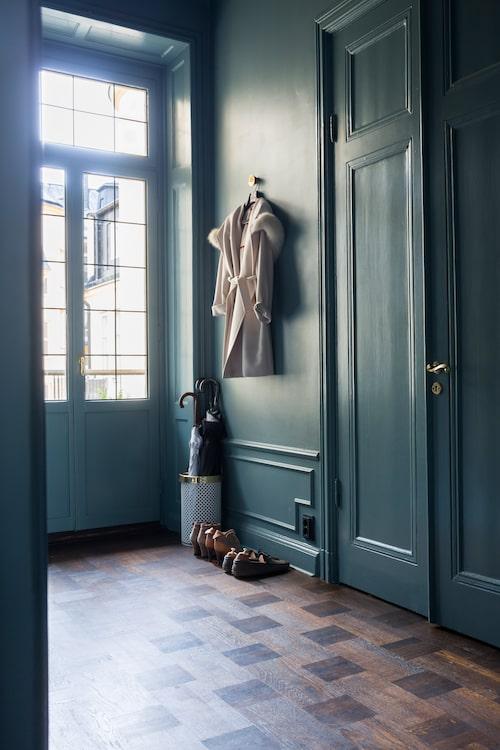 Håller färgen. Hallen är grön, i samma nyans som vardagsrummet. Till vänster finns en utgång mot en liten balkong. Den nya säkerhetsdörren döljs bakom dörren i originalstil.