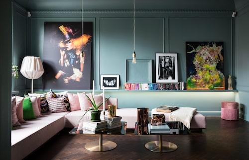 Lek med ljus. Det går att ändra färg på spottarna under bänken bakom soffan och låta rummet bada i ett helt annat ljus.
