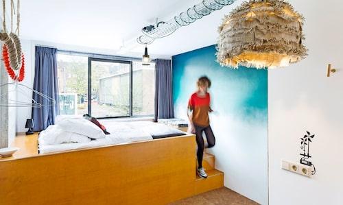 På Ecomama i Amsterdam möts ekomedveten inredning och hotellkomfort i en social atmosfär.