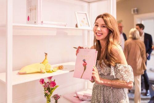"""Maria med sin bok """"Beautyfood –85 recept för skönhet inifrån""""."""