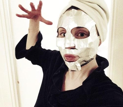Maria Ahlgren i sheetmask från Estée Lauder.