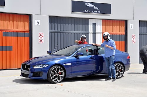 Blådårar på Navarra Circuit. Carlos Celma i högersätet och Hedberg bakom ratten. Nya XE är körglad!