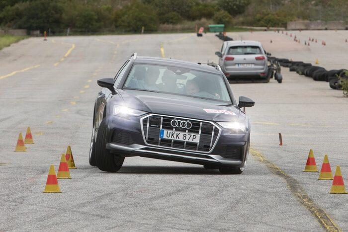 Audi A6 allroad 45 TDI quattro tiptronic i en undanmanöver.