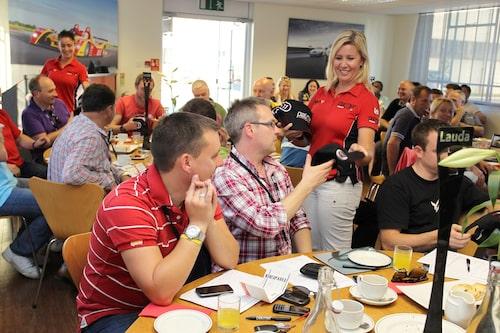 Team Lauda får sina kepsar, ett populärt minne från en helt fantastisk dag i motorsportens tecken.