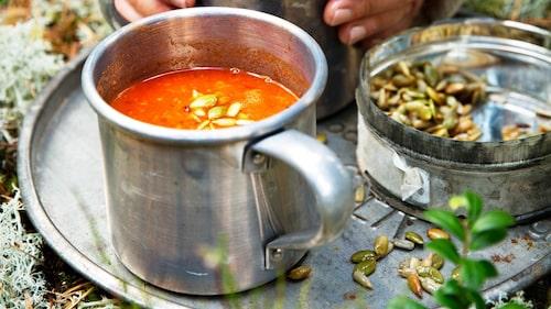 Mixa soppan slät med mixerstav och servera med fröströssel på toppen.