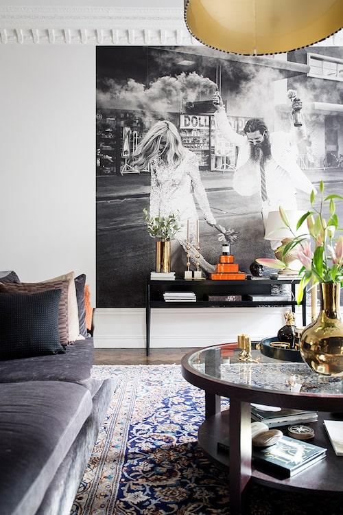 Den unika fototapeten från Gallerix, guldvas, Bohem, ljusstakar från Posh living. På de orange boxarna från Oscar & Clothilde står ett doftljus från Byredo.