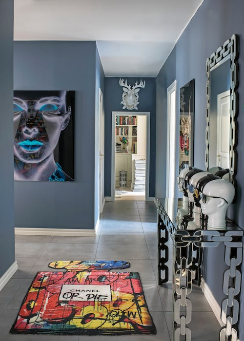 Hallväggarna är målade i blågrå Oregon grape, Flügger. Matta Chanel or die av Oliw87, Wallery. Tavla, Kare design. Hjorthuvudet ovanför dörrposten, kedjespegel, sido- bord och huvuden Phone heads, allt från Wohnzimmer.