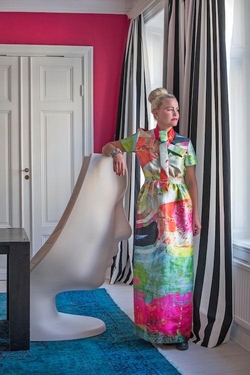 Maria Kessling klädd i fotsid klänning av favoritdesignern Maxjenny. Fåtölj Nemo, Driade.Gardintyg, Ikea.