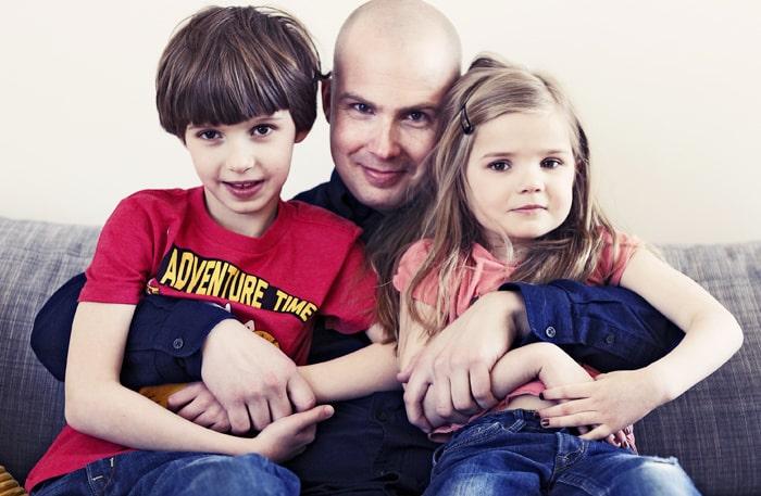 Emil Ove med barnen Abbe, 8, och Annie, 5.