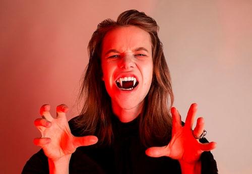 """""""God morgon, älskling"""" - vampyrtänder är ett klassiskt prank som fortfarande fungerar"""
