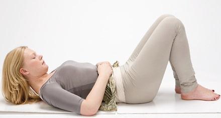 Träna mammamagen med huvudlyft.