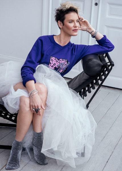 Nina Rung i en collegetröja från Marc Jacobs, sin privata kjol, strumpor från & Other Stories och smycken från Cornelia Webb.