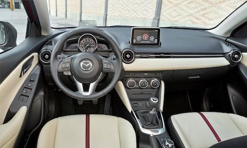 Mazda 2 har fått sig ett ordentligt lyft på insidan och materialvalet är betydligt bättre än tidigare. Växellådan är riktigt bra.