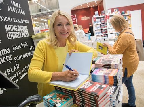 Martina möter läsarna och signerar sin bok Det är något som inte stämmer på förra Bokmässan.