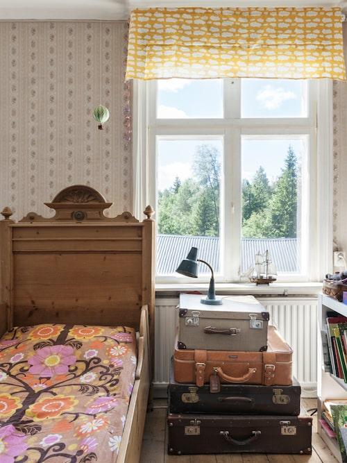 I ett av barnrummen får en hög resväskor agera sängbord och byrå, den gamla sängen är ett loppisfynd. Överkastet har Elin sytt.