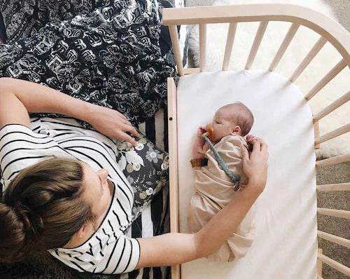 Babybays bedside crib passar att stå bredvid alla typer av vuxensängar.